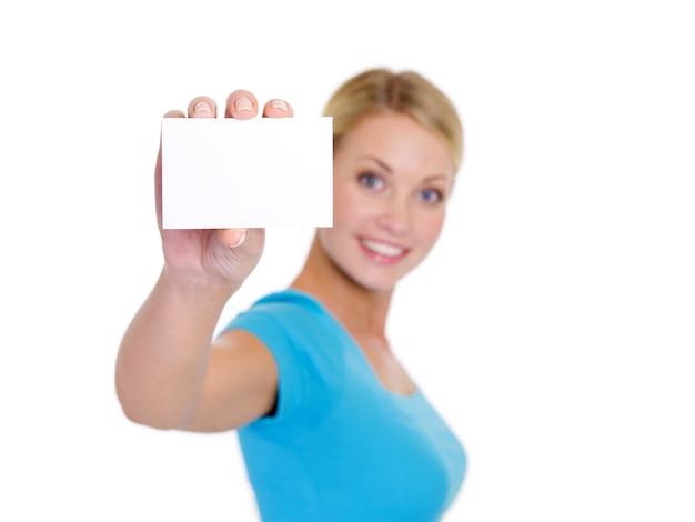 Hochwinkelporträt der hübschen jungen blonden frau, die die geschäftskarte zeigt