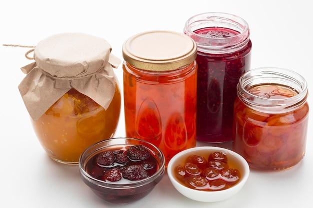 Hochwinkelschalen und gläser mit marmelade
