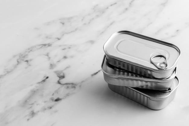 Hochwinkelstapel silberner blechdosen mit kopierraum