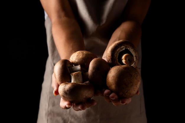 Hochwinkelweibchen, das pilze hält