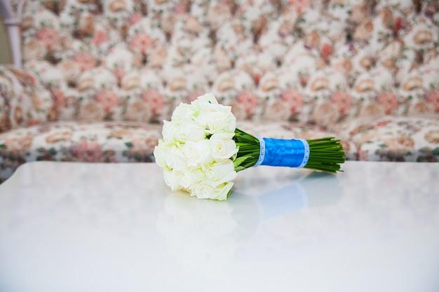 Hochzeit blüht blumenstrauß der weißen rosen. hochzeitsstrauß.