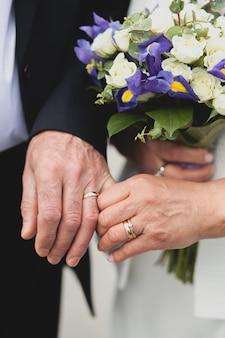 Hochzeit der älteren menschen, hält die braut einen schönen blumenstrauß.
