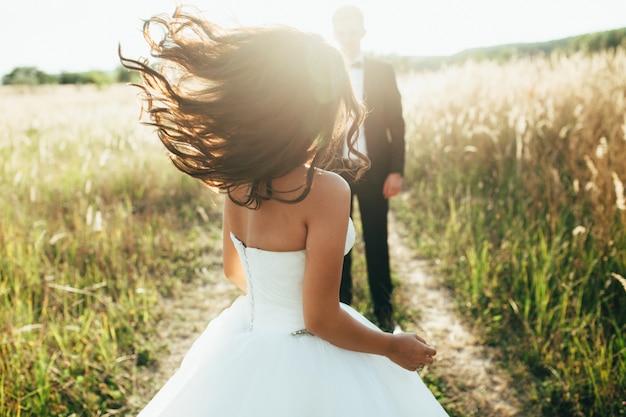 Hochzeit. die braut in einem weißen kleid und bräutigam in einer jacke sind auf