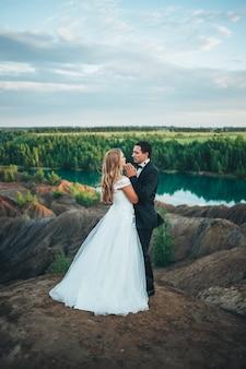 Hochzeit eines schönen paares vor dem hintergrund einer schlucht