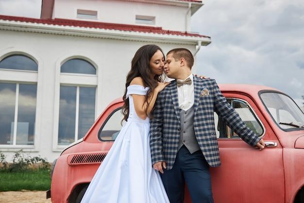 Hochzeit eines verliebten paares in der natur am leuchtturm. umarmungen und küsse des brautpaares