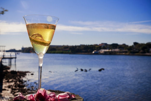 Hochzeit goldene ringe im glas champagner