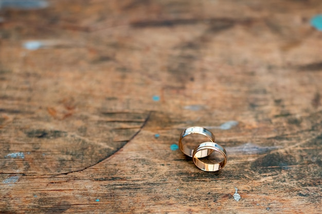 Hochzeit goldringe an einer holzwand. heiratete verlobung.