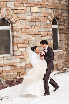 Hochzeit im winter. jungvermählten im verschneiten park