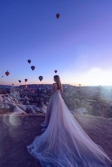 Hochzeit in kappadokien göreme mit einem jungen ehepaar vor dem hintergrund von luftballons.