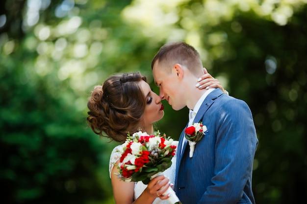 Hochzeit. junges paar, kürzlich verheiratet, händchen haltend