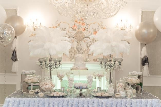 Hochzeit schokoriegel tisch. kuchen und andere süßigkeiten