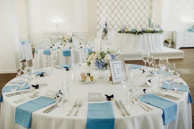 Hochzeit tischdekoration mit blauen blumen auf dem tisch in der tischdekoration des restaurants zum abendessen bei der hochzeit