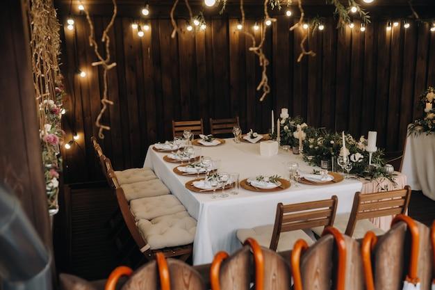 Hochzeit tischdekoration mit blumen auf dem tisch, candle-light dinner tischdekoration.
