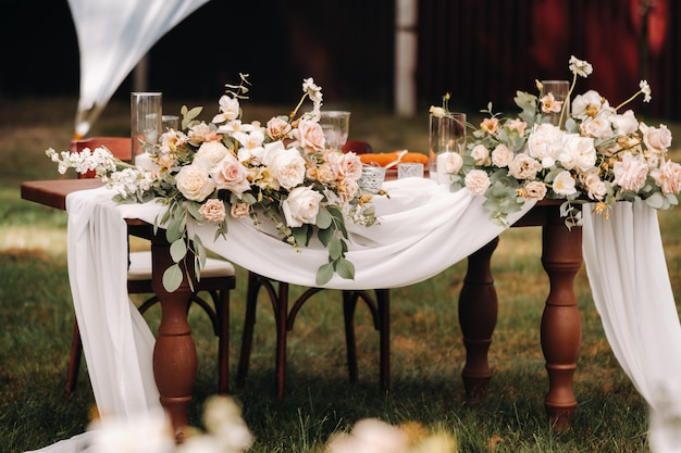 Hochzeit tischdekoration mit blumen auf dem tisch, esstischdekoration.