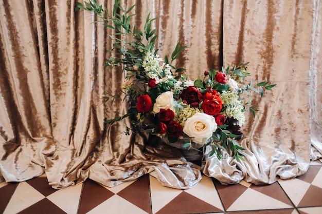 Hochzeit tischdekoration mit blumen auf dem tisch im schloss, tischdekoration zum abendessen bei kerzenschein.