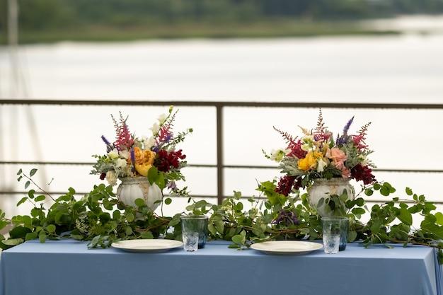 Hochzeit tischdekoration mit blumen auf dem tisch im schloss