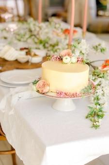 Hochzeit tischdekoration mit gelbem kuchen