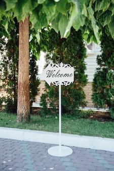 Hochzeits-holz-zeichen auf dem gras
