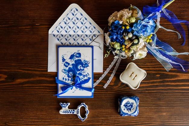 Hochzeitsaccessoires im stil von gzhel, porzellan, blumen, ringe, einladungen, hochzeit