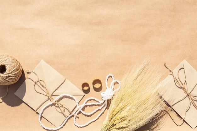 Hochzeitsanordnung auf papierhintergrund