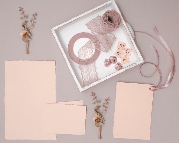 Hochzeitsarrangement mit einladungen und ornamenten