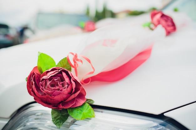 Hochzeitsauto dekor blumenstrauß. auto dekoration blumen hochzeit.