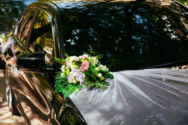 Hochzeitsauto mit blumen geschmückt