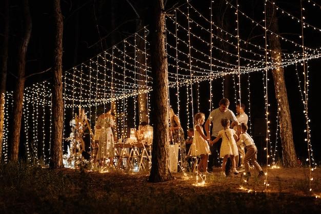 Hochzeitsbankettbereich in einem kiefernwald mit einem bogen vor dem hintergrund