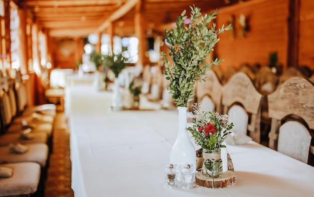 Hochzeitsbankettdekoration. platz für die gäste geschmückt mit blumen und pflanzen auf der party