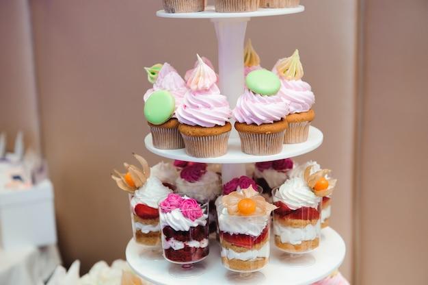 Hochzeitsbankettkuchen in einem restaurant, bunte schokoladencupcakes auf der tischparty