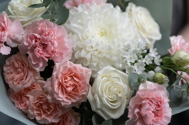 Hochzeitsblumen, brautstrauß-nahaufnahme. dekoration aus rosen, pfingstrosen und zierpflanzen, nahaufnahme