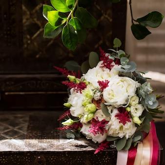 Hochzeitsblumenanordnung, schönes licht