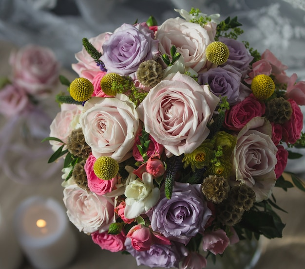 Hochzeitsblumenblumenstrauß und lodernde kerze