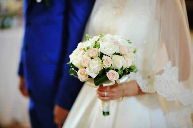 Hochzeitsblumenstrauß auf händen der braut