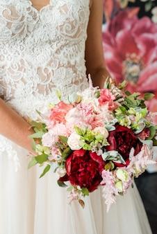 Hochzeitsblumenstrauß in den händen der braut, david austin