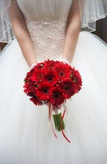 Hochzeitsblumenstrauß in den händen der braut.