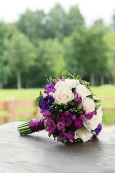 Hochzeitsblumenstrauß von weißen und blauen rosen