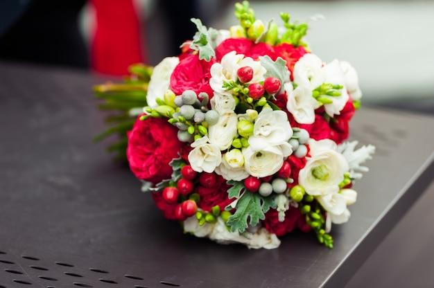 Hochzeitsblumenstrauß vor zeremonie in der kirche