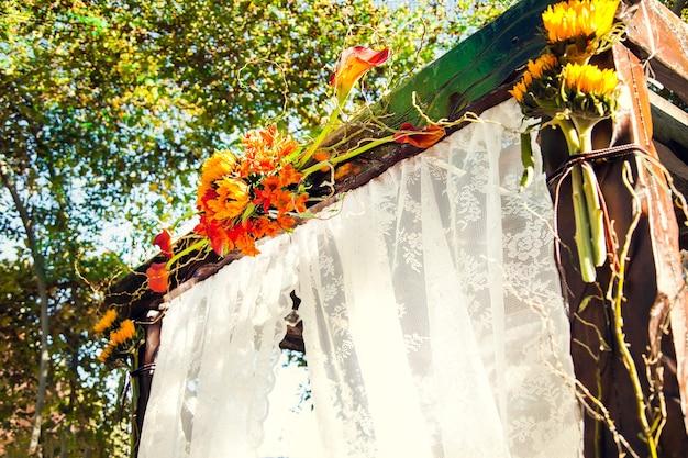 Hochzeitsbogen für hochzeitszeremonie außerhalb des geländes