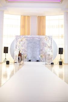 Hochzeitsbogen mit schöner dekoration für brautpaar am hochzeitstag