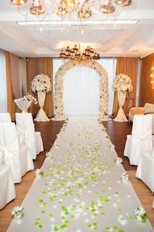Hochzeitsbogen und dekor.