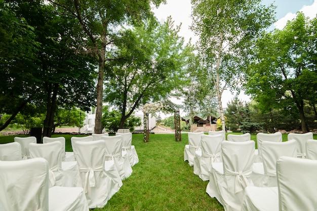 Hochzeitsbogen und stühle