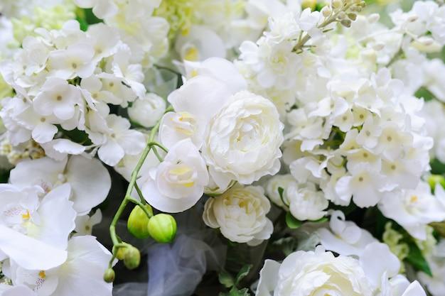 Hochzeitsbogen von weißen orchideen und von rosen