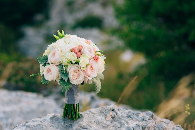 Hochzeitsbrautstrauß aus lisianthus und cineraria silber