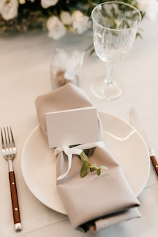 Hochzeitsdeko für den tisch mit natürlichen elementen Premium Fotos