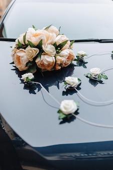 Hochzeitsdekor, blumen und blumenmuster am bankett und an der zeremonie