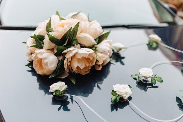 Hochzeitsdekor, blumen und blumenmuster beim bankett und bei der zeremonie