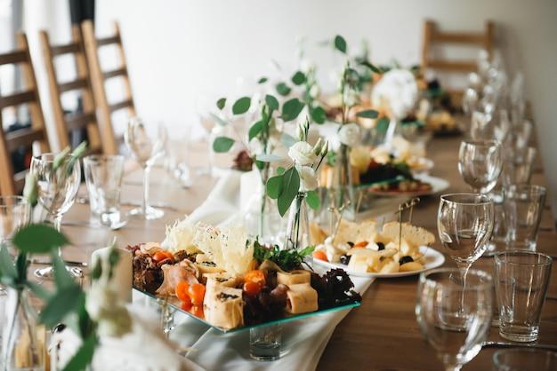 Hochzeitsdekor. hochzeitsinnenraum. festliche einrichtung. tischdekoration. tabellenlayout. restaurant interieur. auswahlfokus