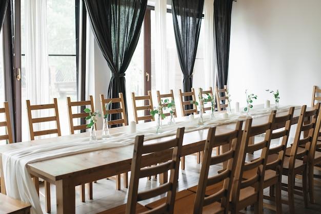 Hochzeitsdekor. hochzeitsinnenraum. festliche einrichtung. tischdekoration. tabellenlayout. restaurant interieur.
