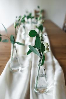 Hochzeitsdekor. hochzeitsinnenraum. festliche einrichtung. tischdekoration. tabellenlayout.